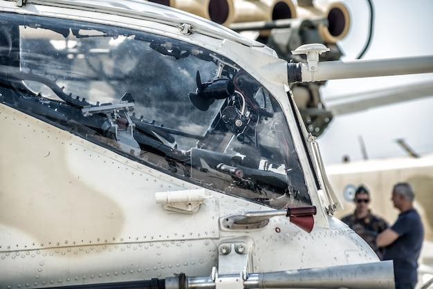 Militaire helikopter cockpit zijaanzicht.
