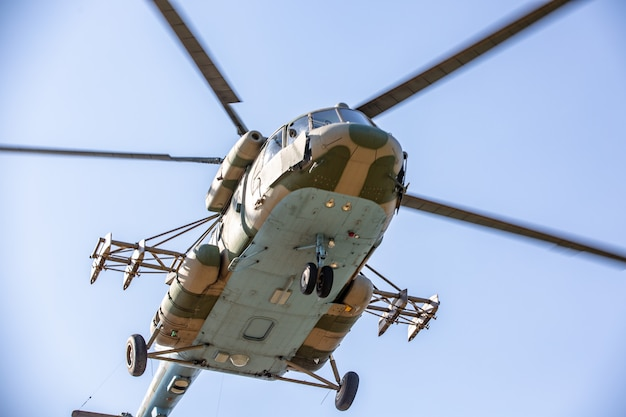 Militaire helikopter die tijdens oefening vliegt die een militaire demonstratie uitvoert