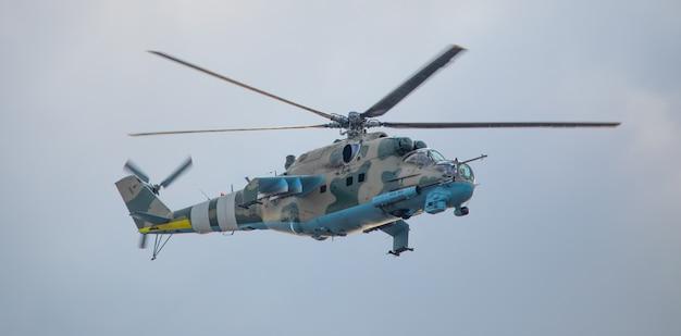 Militaire helikopter op een missie op een achtergrond van de lucht.