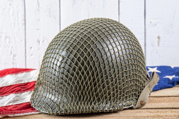 Militaire helm op een amerikaanse vlag