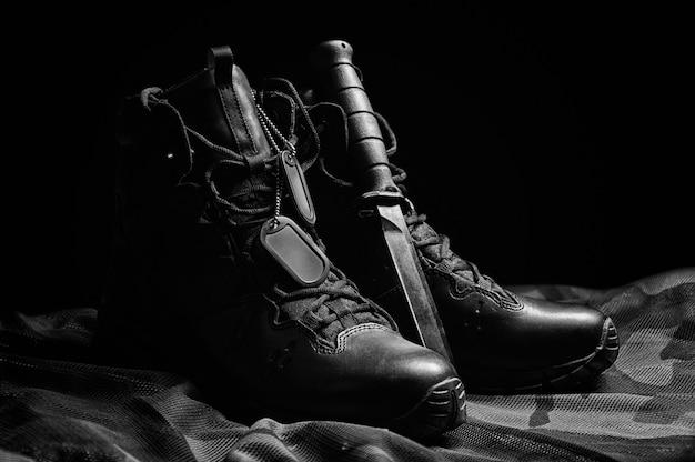 Militaire laarzen. het concept van oorlog, veteranen, gevallen strijders. verkoop van militaire schoenen. gemengde media