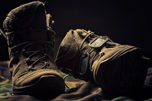 Militaire laarzen. het concept van oorlog, veteranen, gevallen strijders.