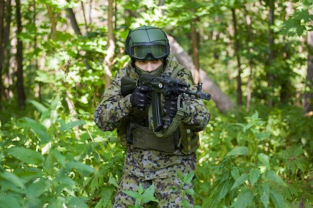 Militaire man in het bos met een machinegeweer. het leger voorbereiden op vijandelijkheden
