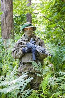 Militaire man in het bos met een machinegeweer. training en opleiding van soldaten
