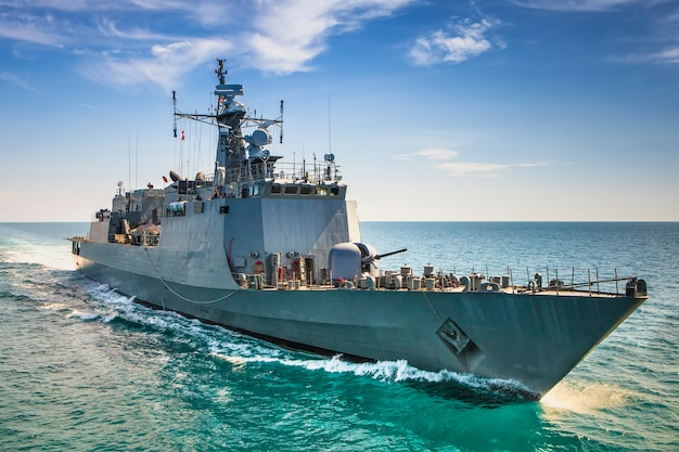 Militaire marineschepen in een uitzicht op zee baai van helikopter