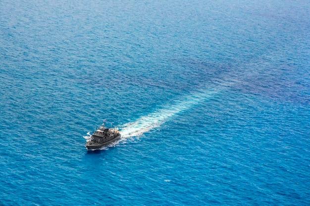 Militaire marineschepen in een uitzicht op zee baai vanuit helikopter