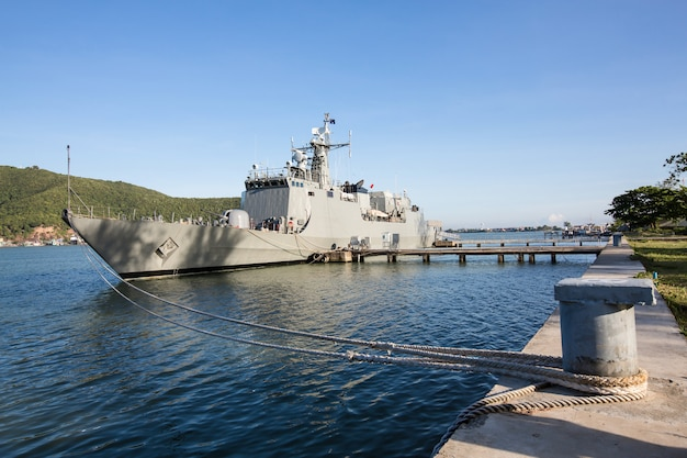 Militaire marineschepen in een zeebaai