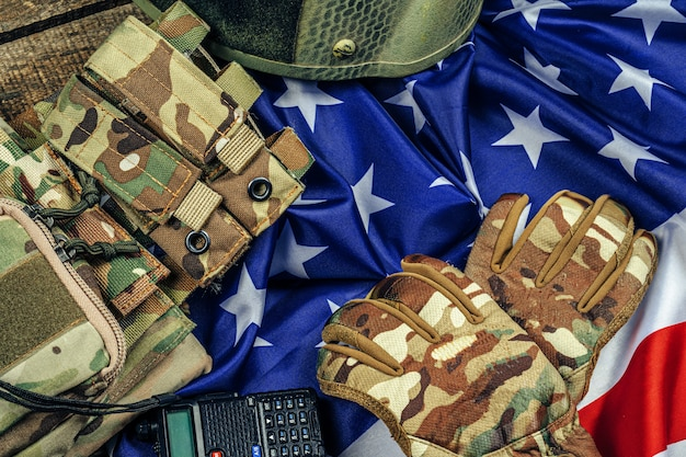 Militaire munitie op amerikaanse vlag dichte omhooggaand