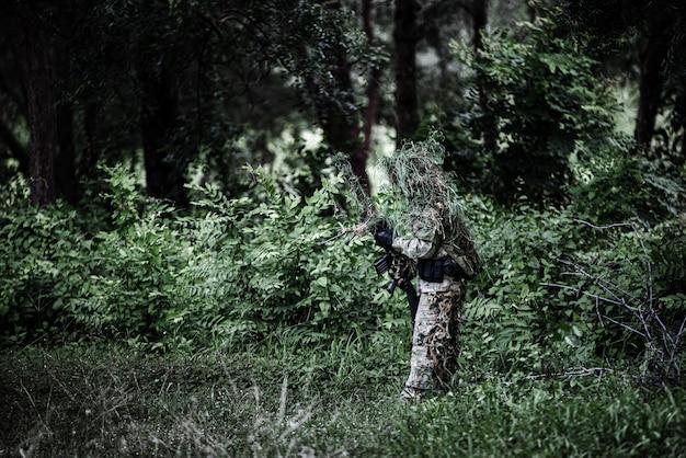 Militaire sluipschutter houdt wapen vast