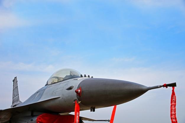 Militaire straaljager geparkeerd in de luchtmacht