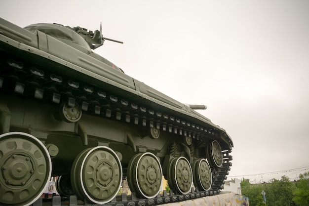 Militaire tank in de stad