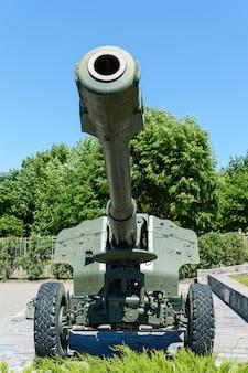 Militaire uitrusting. het oude kanon. monument.