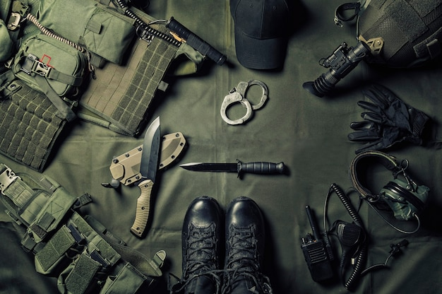 Militaire uitrusting of speciale agent versnelling concept plat lag achtergrond met kopie ruimte.