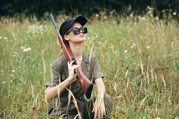 Militaire vrouwenzonnebril met wapens die groene bladeren hurken
