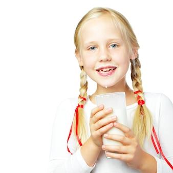 Milk time jong meisje consumptiemelk