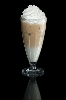 Milkshake cappuccino zomer cocktail geïsoleerd op zwart