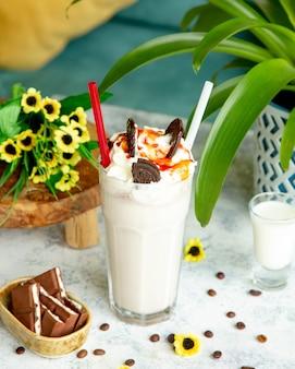 Milkshake gegarneerd met slagroomkaramel en koekjes