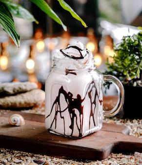 Milkshake met chocolade op de tafel