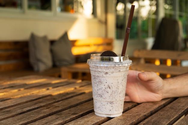 Milkshake met ijs en oreo koekjes. koel en verfrissend op een warme dag
