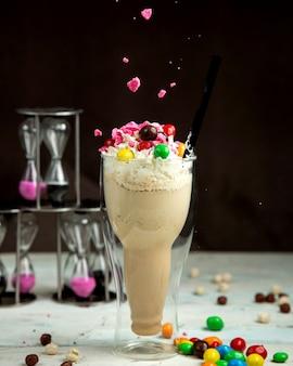 Milkshake met kleurrijke chocolade op de tafel