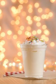 Milkshake op de achtergrond van kerstmisslinger