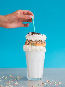 Milkshakesamenstelling met doughnut Gratis Foto