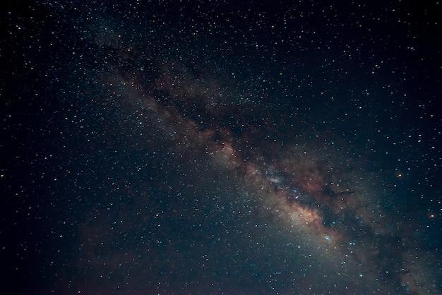 Milky way ster in nachthemel - retro stijl kunstwerk met vintage kleur toon