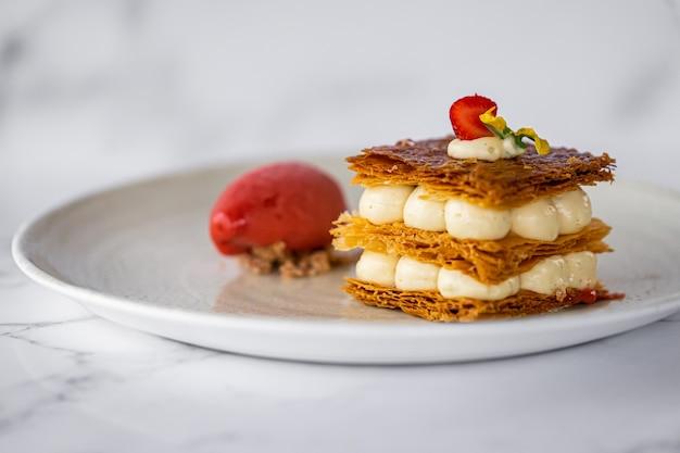 Mille feuille dessert met aardbei en ijs