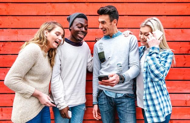 Millenial beste vrienden die slimme telefoon gebruiken in stedelijk stadsgebied