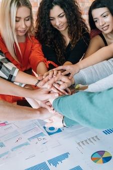 Millennials bedrijf. succesvol teamwerk. mensen die samenwerken aan een project.
