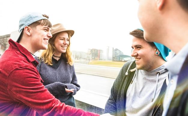 Millennials met beste vrienden hebben echt plezier in een stedelijk gebied in berlijn