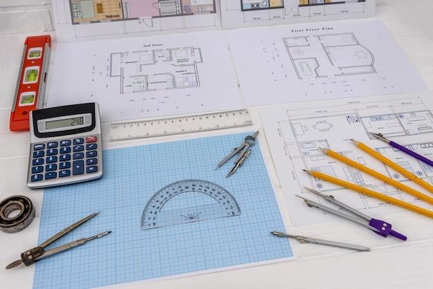 Millimeterpapier met tekengereedschap en huisplan
