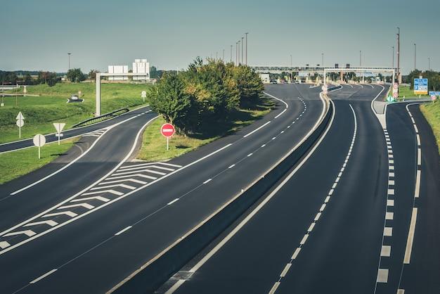 Miltilane snelweg met een tolbetaalpunt