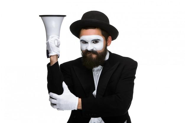 Mime als zakenman met een megafoon