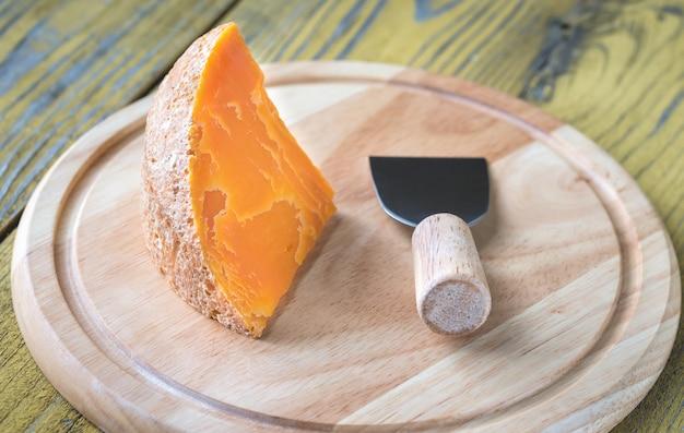 Mimolettekaas op de houten raad