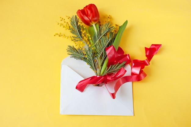 Mimosa en tulpen in envelop