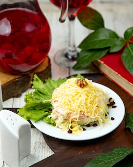 Mimosa-salade gegarneerd met geraspte kaas
