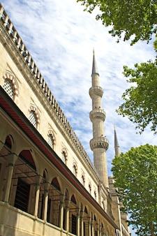 Minaret van de blauwe moskee, istanbul, turkije