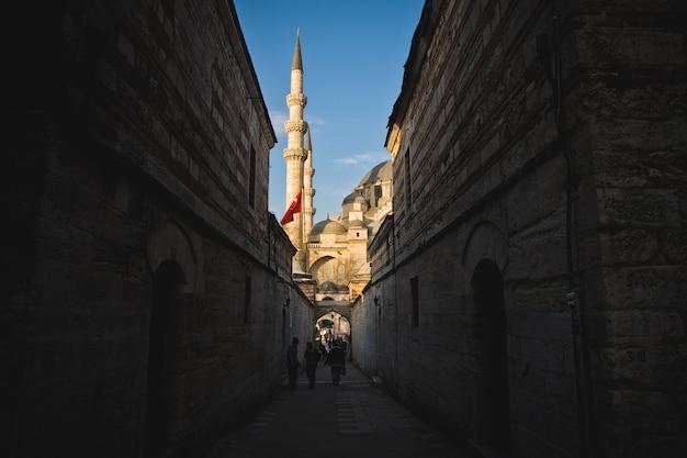 Minaretten in de stad voor het gebed van de moslimgodsdienst