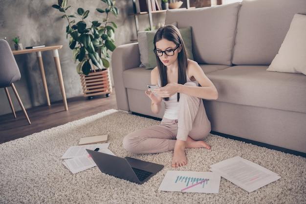 Minded smart girl gebruikt online communicatie via smartphone