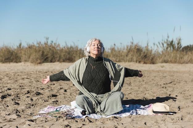 Mindfulnessconcept met oude vrouw in openlucht