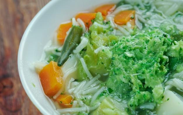 Minestrone alla genovese - italiaanse soep met pasta en pesto