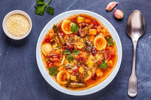 Minestrone, italiaanse groentesoep met pasta en bonen