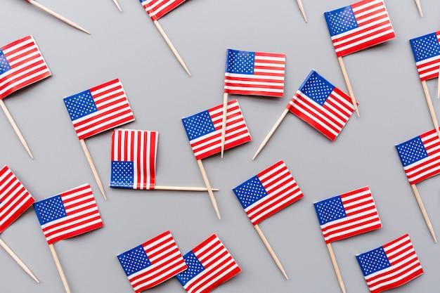 Mini amerikaanse vlaggen op grijs
