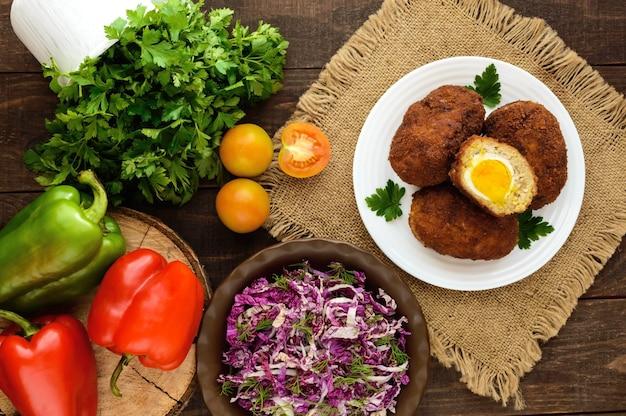 Mini-broodjes van vlees met gekookt ei en verse vitaminesalade van chinese kool