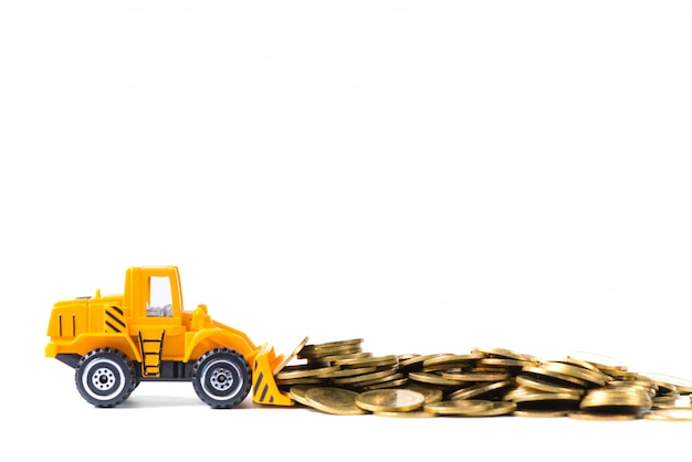 Mini bulldozer vrachtwagen laden stapel munt geïsoleerd op wit