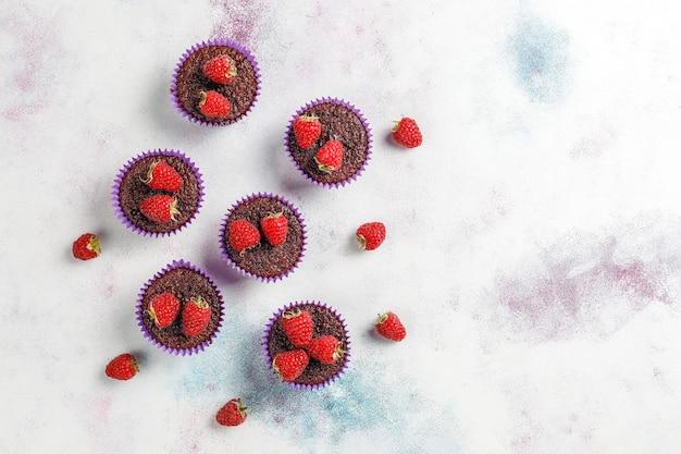 Mini chocolade sufle cupcakes met frambozen.