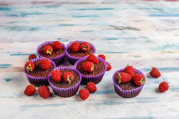 Mini chocoladesoufflé cupcakes met frambozen.
