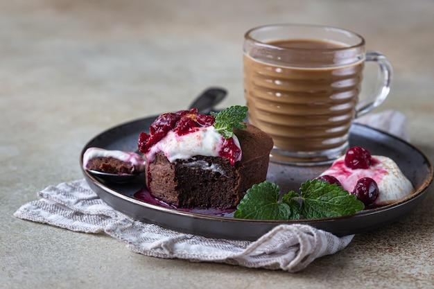 Mini chocoladetaart of brownie en kopje koffie. chocolade fondant. ontbijt of dessert voor vrouw of moederdag.
