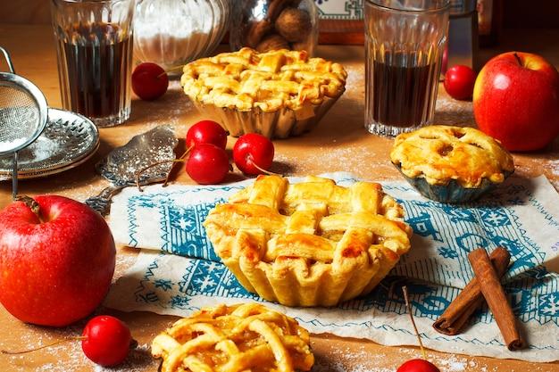 Mini eigengemaakte appeltaart op rustieke woodwith koffie